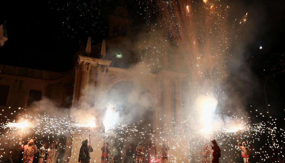 Els integrants del Ball de Diables de Reus, durant la nit davant el santuari.