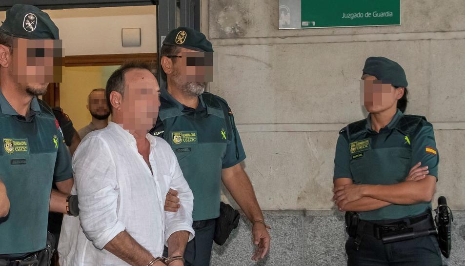 El gerent de Magrudis, José Antonio Marín, i el seu fill Sandro (darrere), són traslladats als calabossos després de declarar.