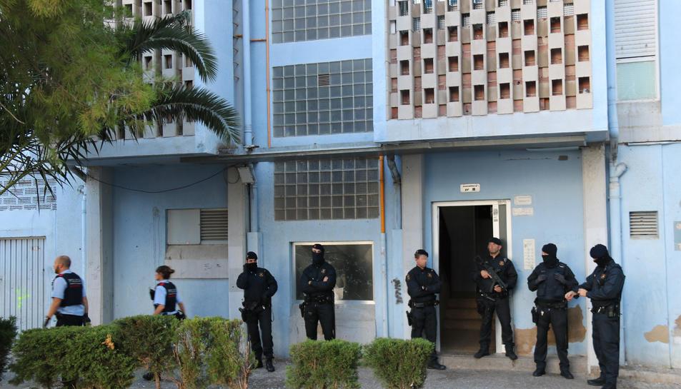 Pla general d'agents dels Mossos d'Esquadra, davant d'un bloc de pisos al barri de Campclar, a Tarragona, en el marc d'un operatiu contra una banda que robava en domicilis. Imatge del 26 de setembre del 2019