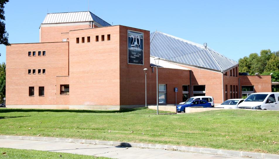 Pla general del teatre auditori Felip Pedrell de Tortosa i l'espai on es preveu l'ampliació.
