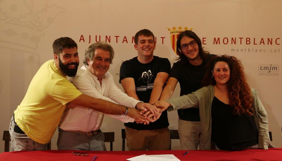 Els regidors i l'alcalde de Montblanc amb el director i altres responsables de l'Acampada Jove en la signatura del conveni.