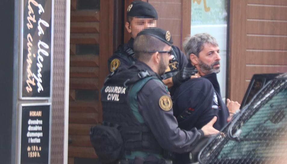Dos agents de la Guàrdia Civil s'emporten un detingut a Sabadell en el marc de l'operació que ha acabat amb nou membres de CDR arrestats.
