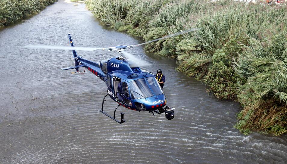 Imatge de l'helicòpter dels Mossos d'Esquadra buscant el nadó abandonat al riu Besòs.