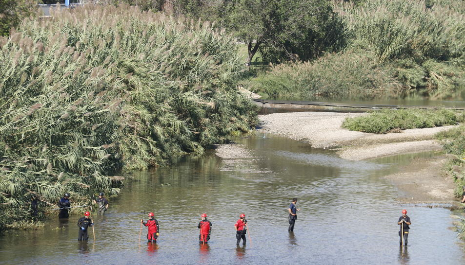 Mossos d'Esquadra i Bombers pentinant el riu Besòs a la recerca del nadó que hauria estat abandonat.