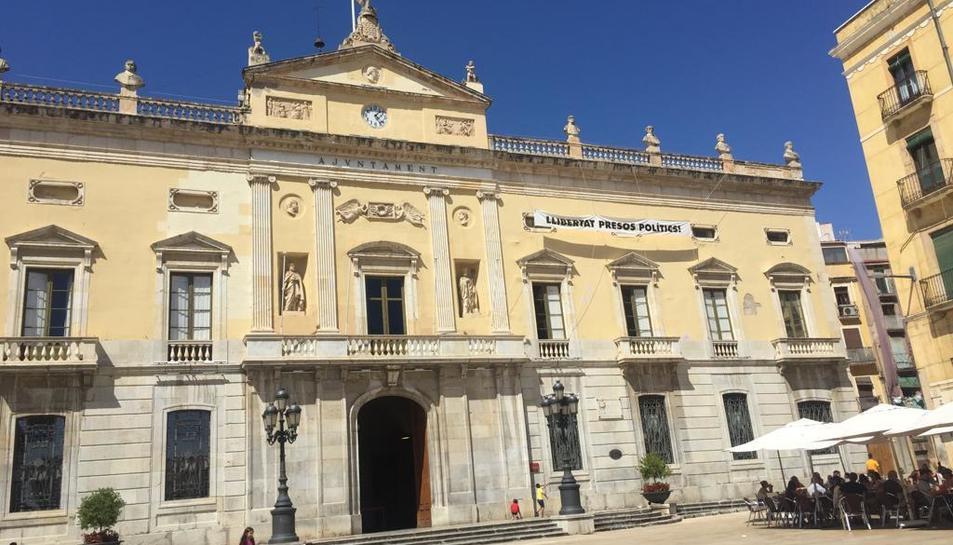 Imatge d'arxiu de la façana de l'Ajuntament de Tarragona amb la pancarta.