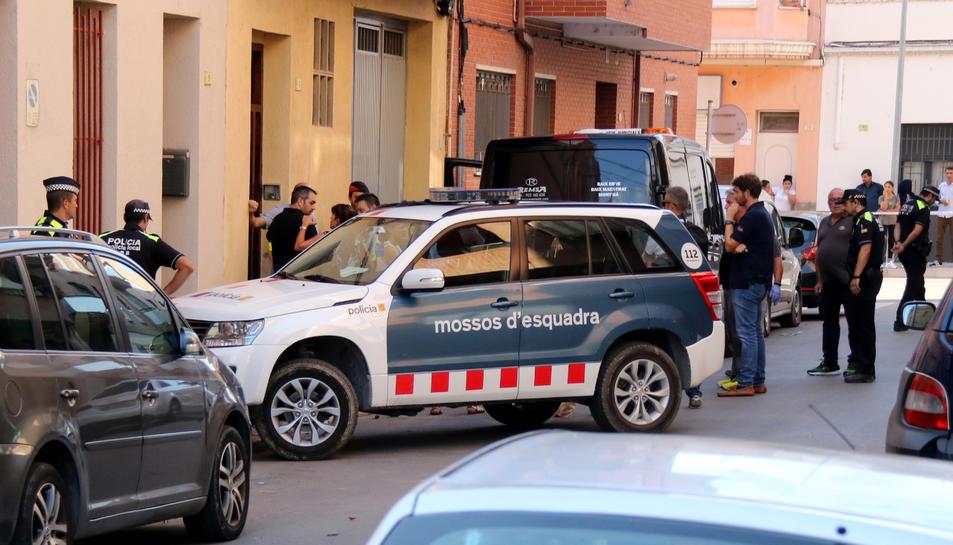 Pla general d'agents policials davant la façana de la casa del barri tortosí de Ferreries on s'ha produït el matricidi.