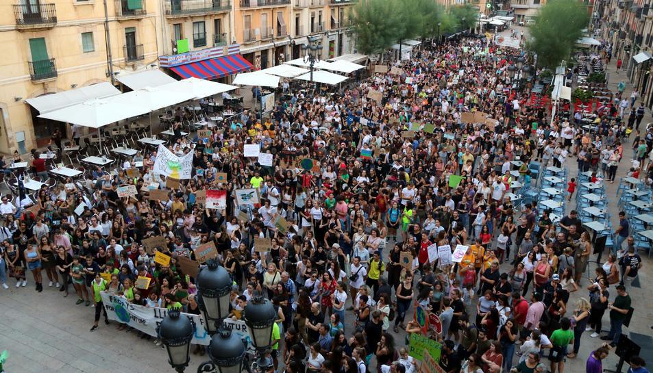 Imatge aèria de la plaça de la Font plena de persones manifestant-se per l'emergència climàtica el 27 de setembre del 2019