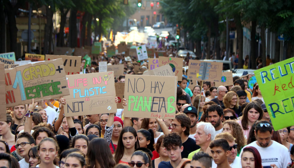 Pla mitjà de diversos manifestants mostrant pancartes reivindicatives amb motiu de la vaga pel clima a Tarragona el 27 de setembre del 2019
