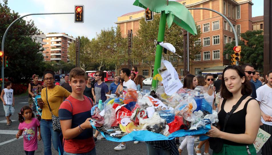 Pla mitjà de l'illa de plàstic que han fet estudiants de l'Institut Pons d'Icart de Tarragona, en la manifestació per l'emergència climàtica. Imatge del 27 de setembre del 2019
