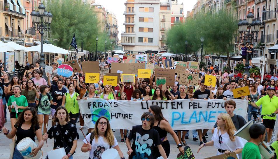 Pla obert dels manifestants entrant a la plaça de la Font de Tarragona amb motiu de la vaga pel clima el 27 de setembre del 2019