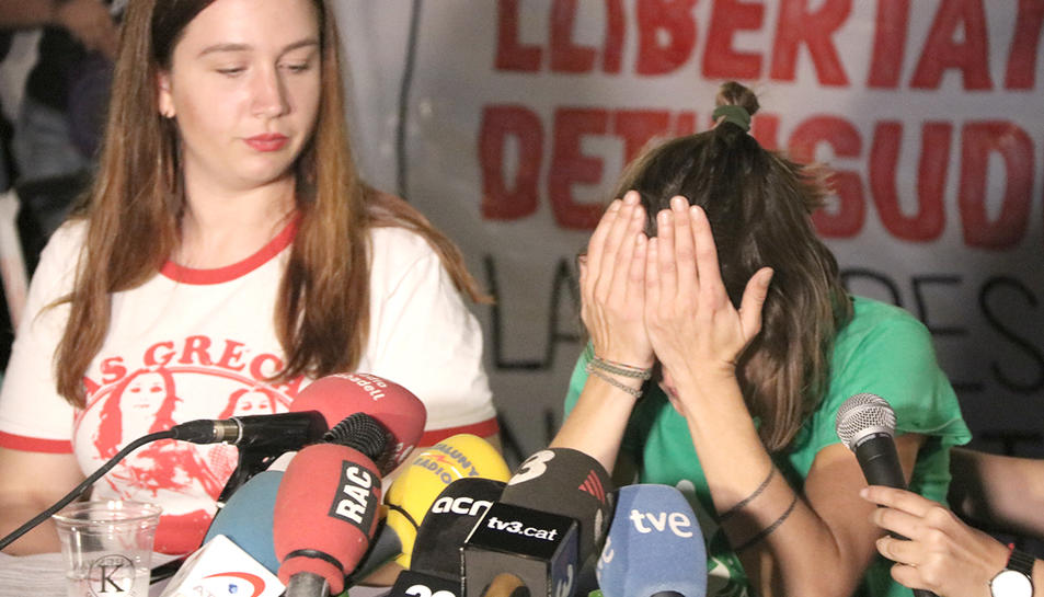 Els familiars dels detinguts durant la roda de premsa a la concentració de suport a Sabadell.