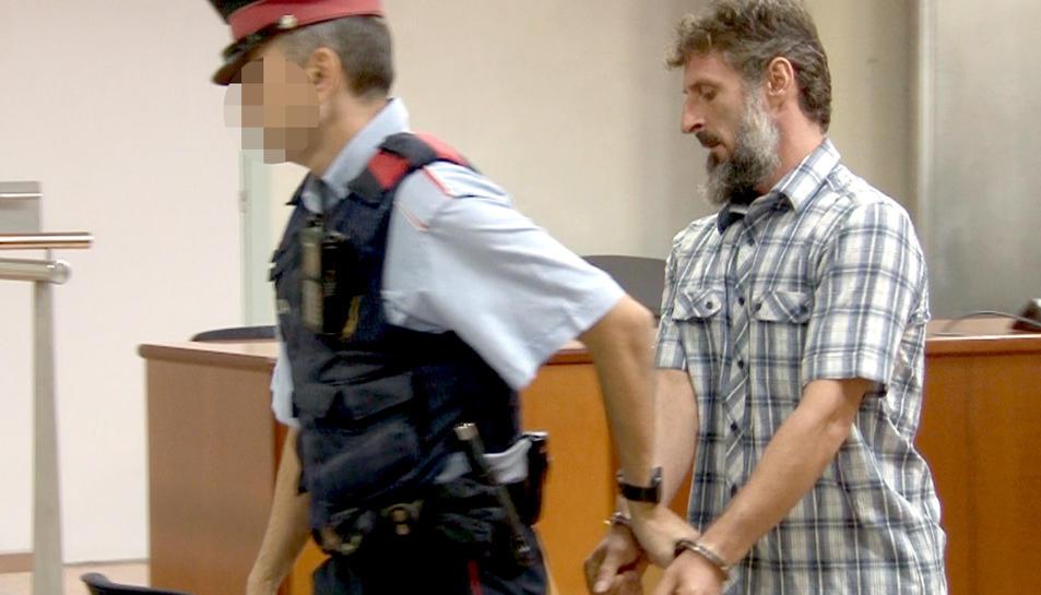 L'acusat de lligar, amenaçar i violar l'exparella a Torre-serona, després del judici a l'Audiència de Lleida, sortint emmanillat de la Sala.