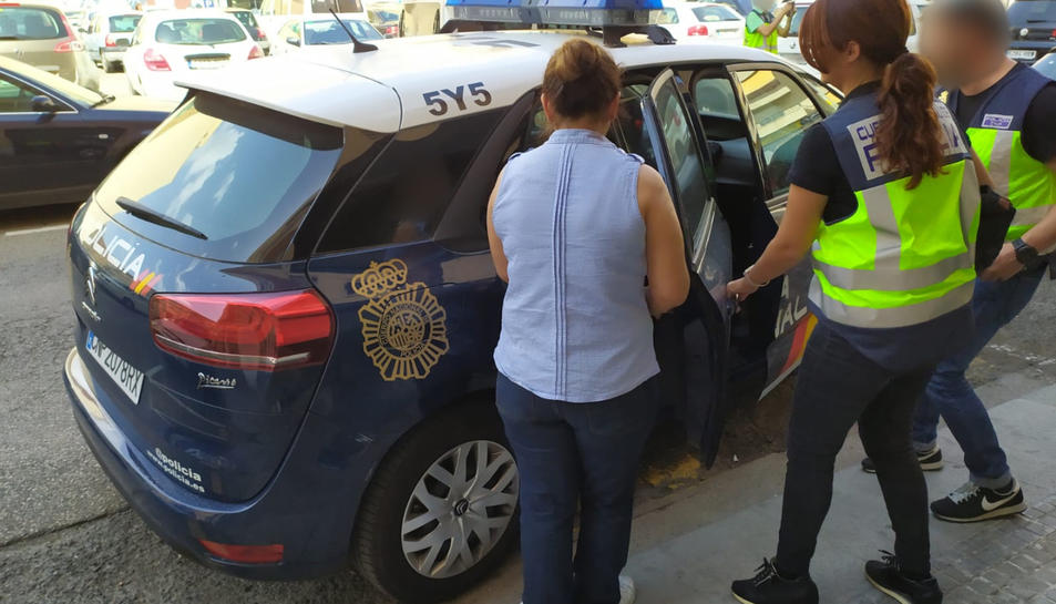 Pla detall d'una detenció en el marc d'una operació de la policia espanyola a la zona de Tarragona.