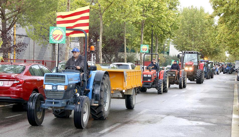 Imatge d'arxiu de tractors manifestant-se pels preus baixos de l'avellana, al seu pas pel polígon Agroreus.