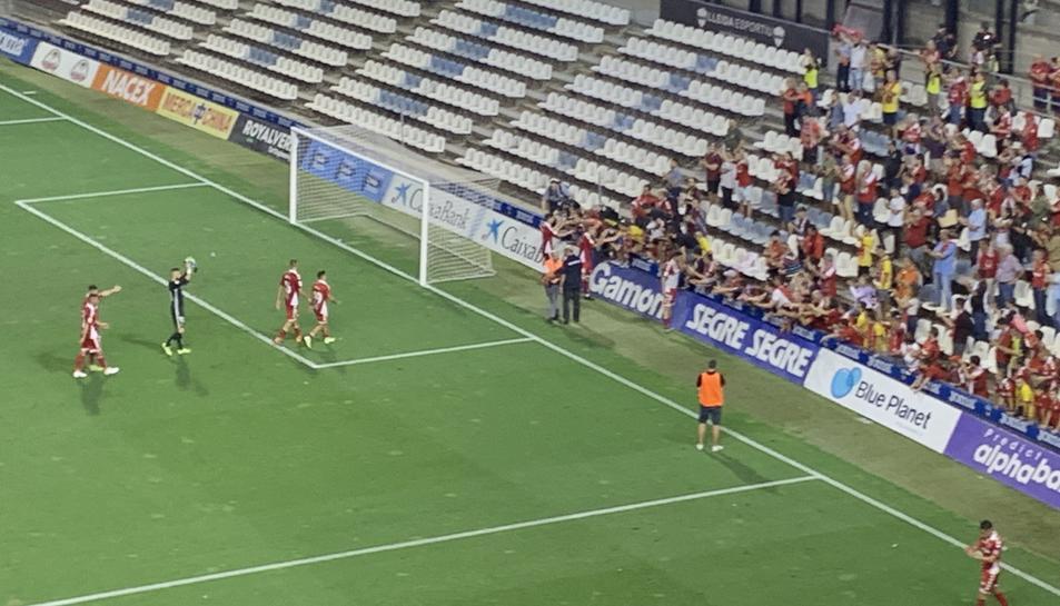 Els jugadors saluden a l'afició després del partit