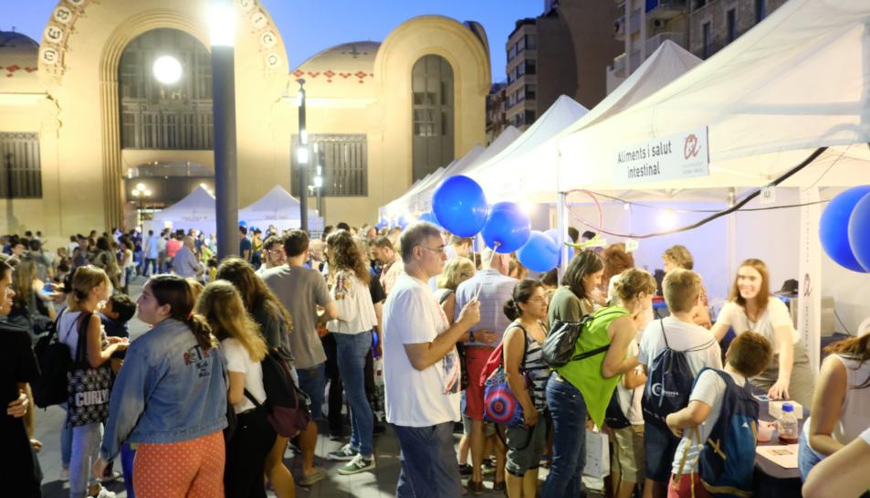 Imatge de la jornada de divendres a la nit, amb la plaça Corsini plena de gom a gom.