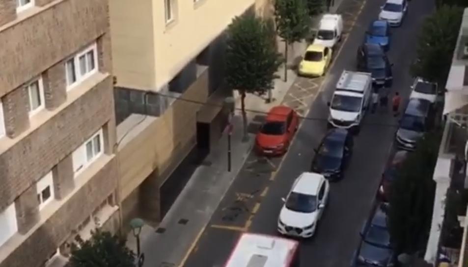 El carrer Sant Francesc amb diversos vehicles fent cua.