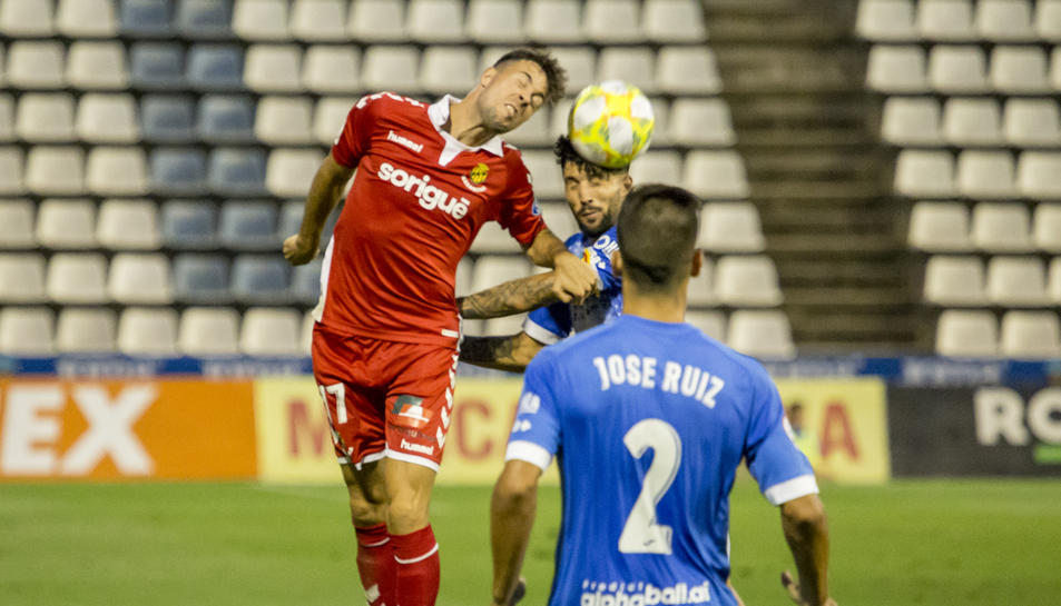 Pedro Martín lluita una pilota aèria durant el duel a Lleida