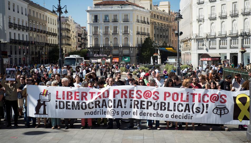 Durant la protesta s'han llençat consignes com 'prou muntatges policials' o 'Madrid està amb el poble català'.
