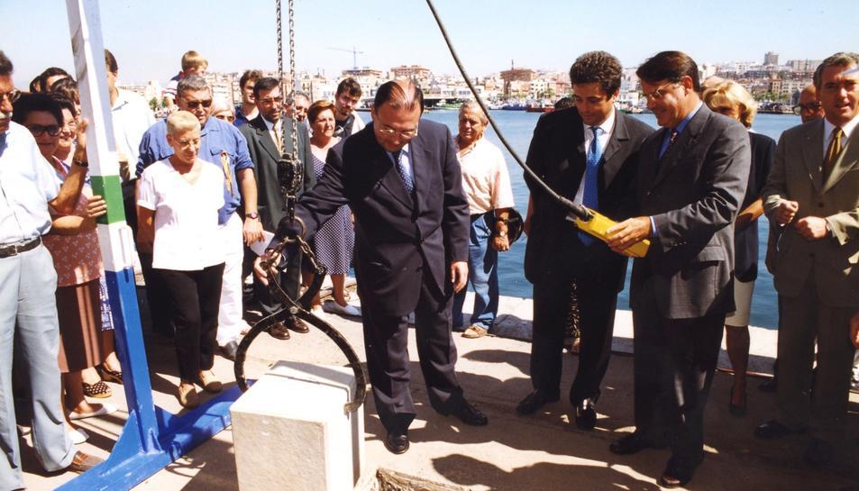 Badia i l'alcalde Joan Miquel Nadal col·loquen la primera pedra.