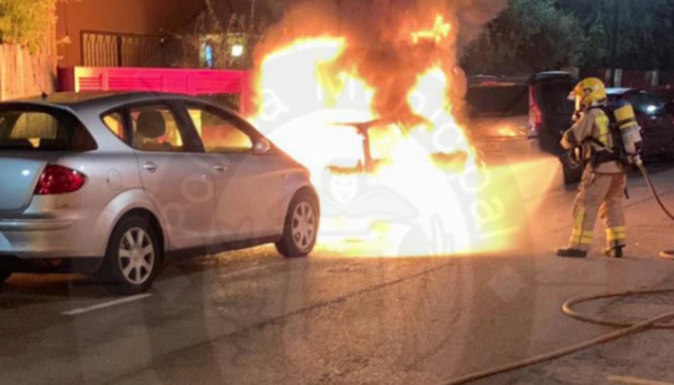 Imatge de l'incendi del vehicle durant la matinada.