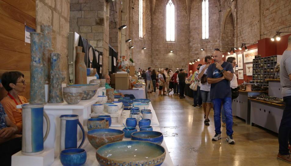 Imatge dels estands dels ceramistes que participen en la 17a edició de Terrània.