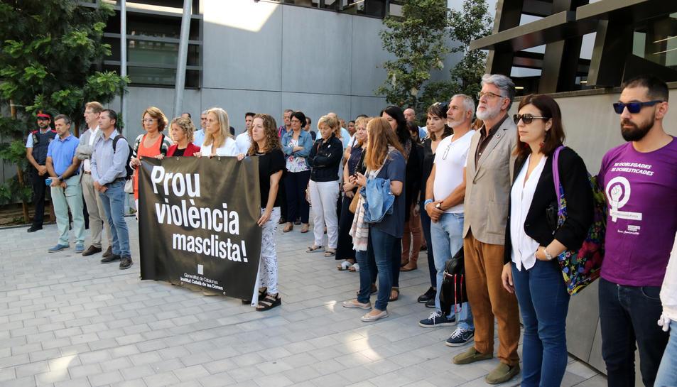 Pla general de les persones concentrades durant el minut de silenci per recordar la dona morta a mans del seu fill el passat divendres a Tortosa.