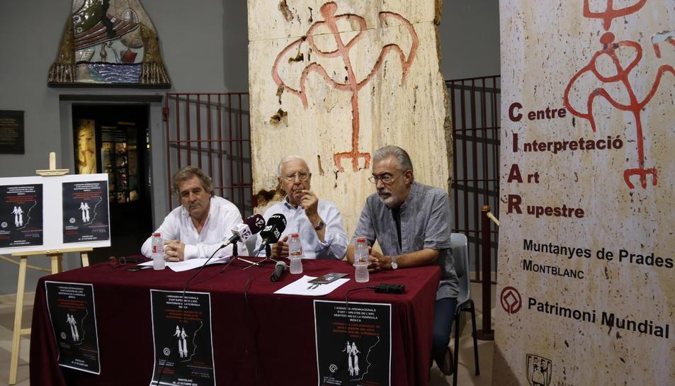 Imatge de la presentació de les jornades sobre art rupestre a l'arc mediterrani que es faran a Montblanc, amb l'alcalde Josep Andreu, Josep Gomis i l'investigador Ramon Viñas en roda de premsa al CIAR.
