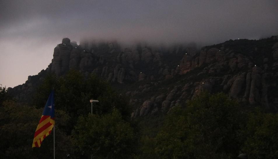 Pla general de Montserrat, amb les agulles il·luminades.