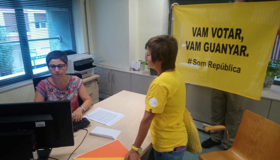 La portaveu dels CDR de Tarragona entra una carta al Registre de la Subdelegació del Govern