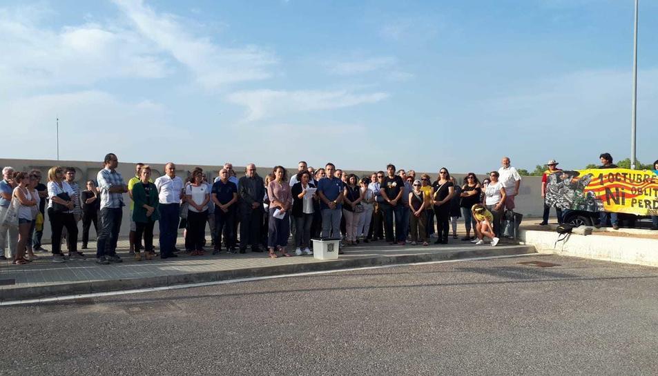 Alguns dels concentrats amb una urna de l'1 d'octubre davant del centre penitenciari de Mas d'Enric.