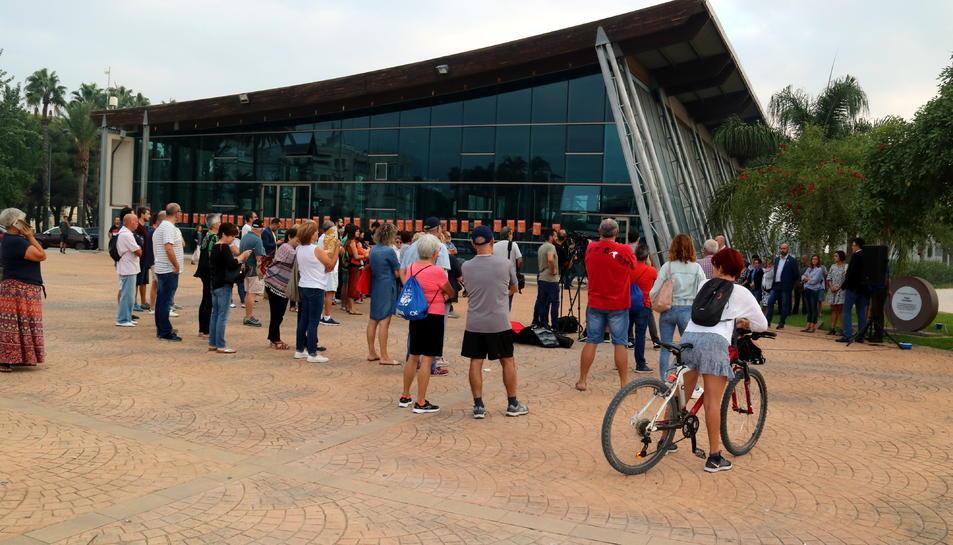 Pla general dels assistents a l'acte de commemoració de l'1-O davant del pavelló firal de Sant Carles de la Ràpita. Imatge de l'1 d'octubre de 2019
