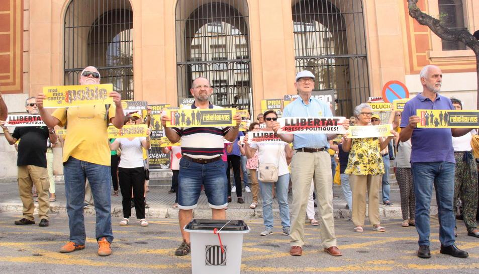Pla general dels manifestants del col·lectiu 'Silenci, rebel·leu-vos', davant dels jutjats de Tarragona. Foto de l'1 d'octubre del 2019 (Horitzontal).