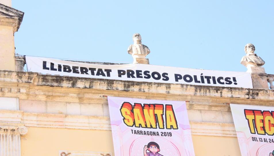 Pla mitjà de la pancarta «Llibertat presos polítics» penjada al balcó de l'Ajuntament.