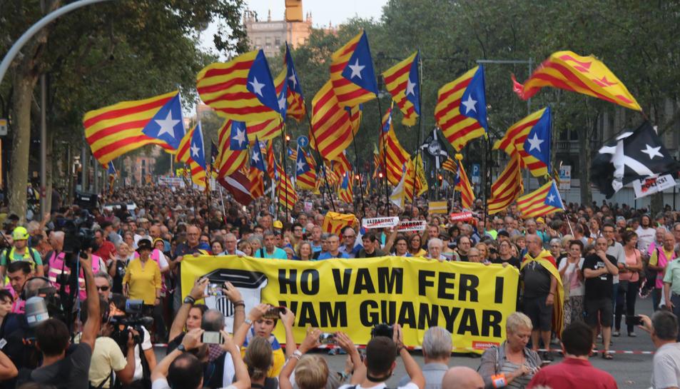 Milers de manifestants commemoren el segon aniversari del referèndum d'autodeterminació de Catalunya a Barcelona.