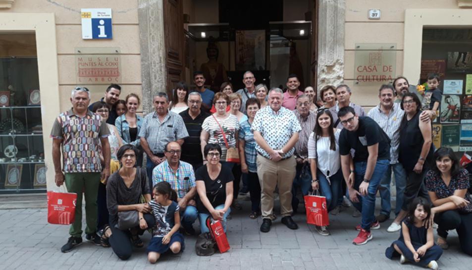 Fotografia de família dels guanyadors de la campanya 'Barris Antics' que van visitar l'Arboç.