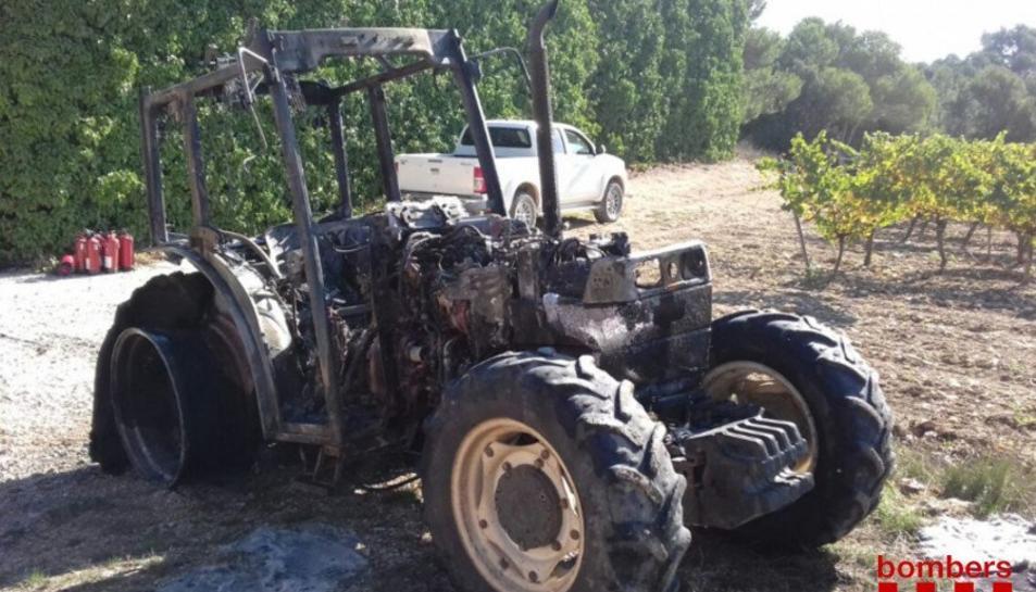 Imatge del tractor incendiat.