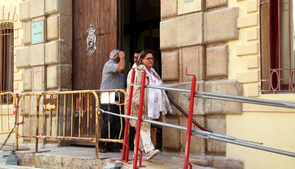 Pla general de la ramadera d'Alfara de Carles, Àngela Mur, sortint dels jutjats de Tortosa. Imatge del 2 d'octubre del 2019 (horitzontal)