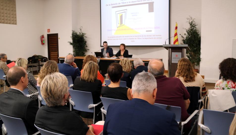 Pla general de la presentació del projecte 'Portes de la Memòria' al Departament d'Ensenyament a Tortosa.