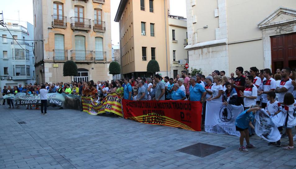 La concentració d'aficionats taurins davant l'Ajuntament d'Amposta durant la reunió dels alcaldes.