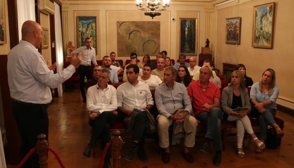 Els alcaldes de municipis taurins reunits a la sala de plens de l'Ajuntament d'Amposta.