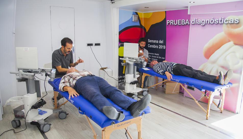 Els especialistes, durant la realització de les proves als pacients.