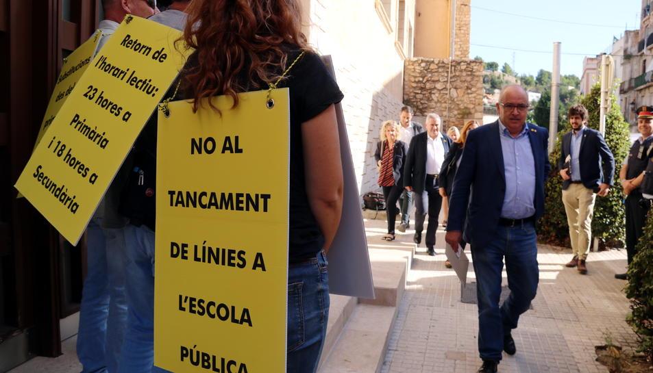 Primer pla dels cartells reivindicatius amb que els representants sindicals d'ensenyament han rebut el conseller Josep Bargalló.
