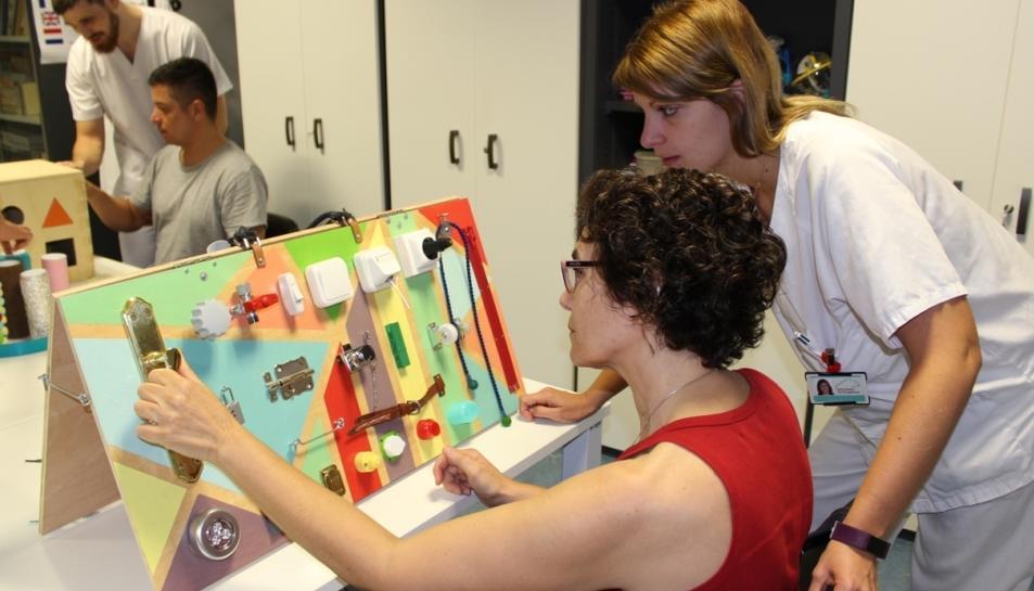 Imatge dels pacients del Joan XXIII fent ús del material construït pels alumnes de la URV.