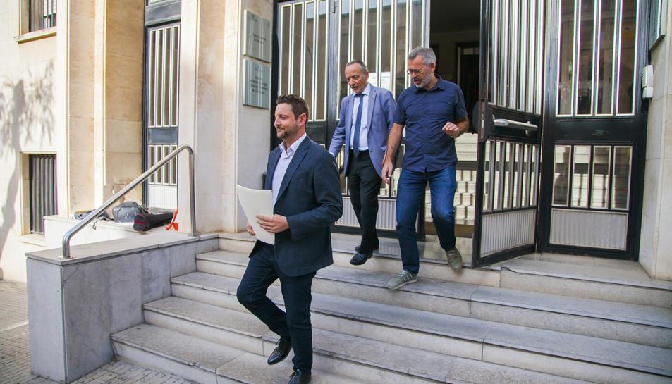 El portaveu del partit al consistori, Rubén Viñuales, a la sortida dels jutjats.