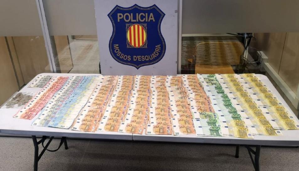 Imatge dels més de 10.000 euros intervinguts a un clan que venia droga a la Pineda, damunt una taula.