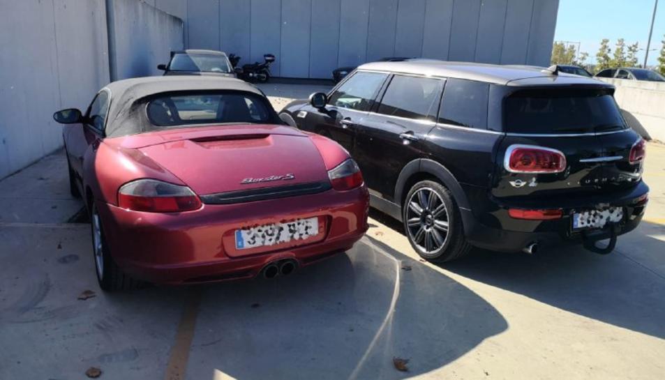 Imatge dels dos vehicles d'alta gamma intervinguts a un clan familiar acusat de vendre drogues a la Pineda.