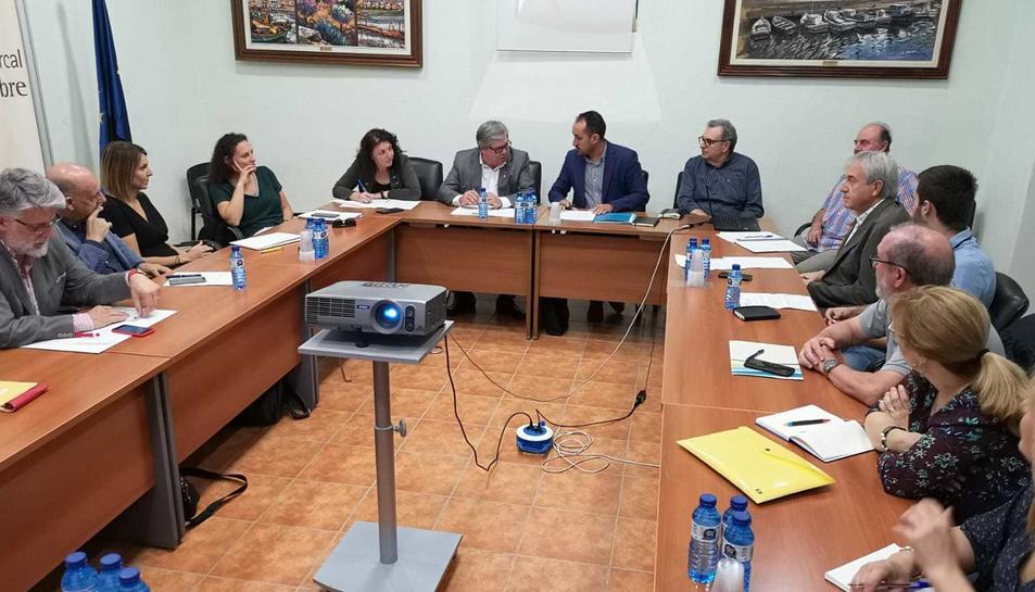 Imatge de la reunió dels alcaldes del Baix Ebre.