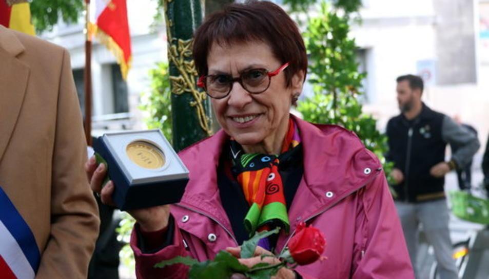 Margarita Català, filla de Neus Català, amb la medalla Grand Vermeil que París l'ha atorgat a la seva mare a títol pòstum.