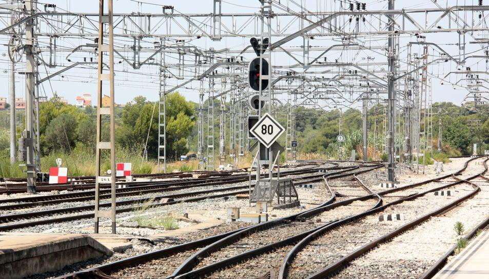 Les vies del tren a Sant Vicenç de Calders, amb dues senyals quadriculades que indiquen l'aturada dels combois arran d'una avaria a les instal·lacions.